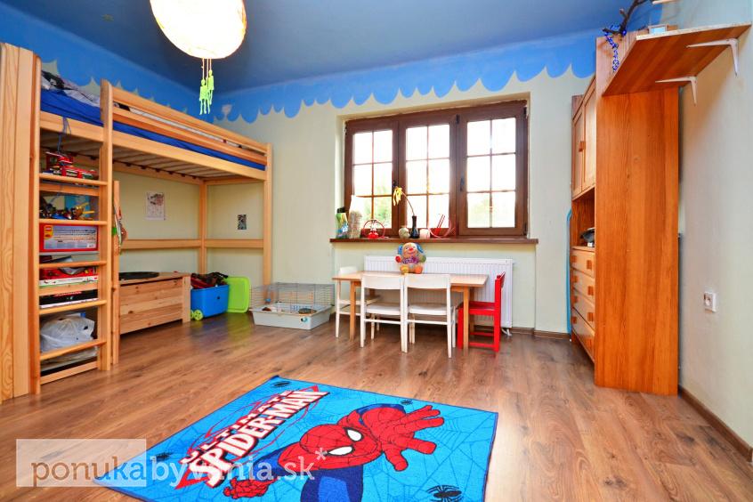 540e2f60d0dc Takto vytvorili rodičia izbu snov pre svoje tri deti - priestor šetria  poschodové postele